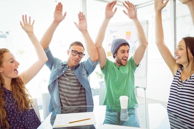 Mode studenten met de handen omhoog