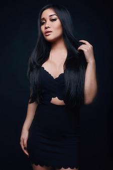 Mode swag portret van mooie elegante aziatische vrouw