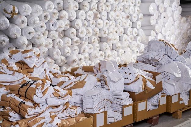 Mode textielfabriek magazijnbakken en rollen
