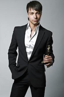Mode trendy elegante jonge zwarte pak man