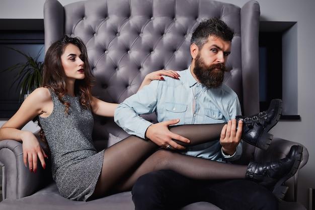 Mode van sexy geliefden, mooie brunette vrouw en bebaarde man. liefde. flirt.