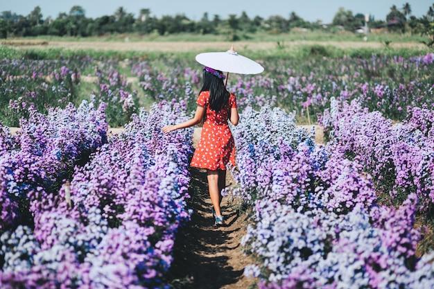 Mode vrouw in bloementuin