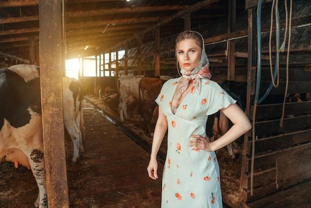 Mode vrouw in de schuur, op de boerderij