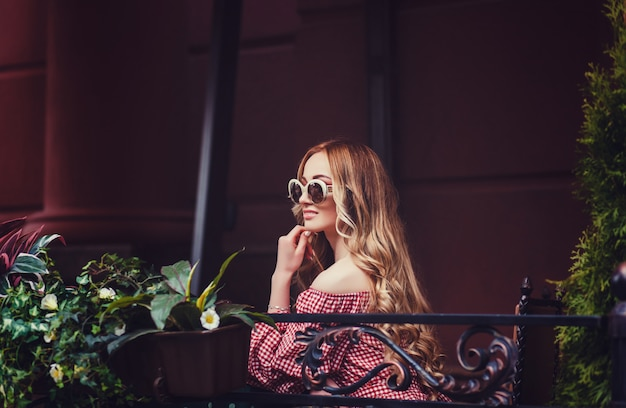 Mode vrouw in trendy zomer outfit