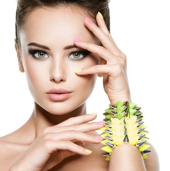 Mode vrouw met mooie nagels en sieraden
