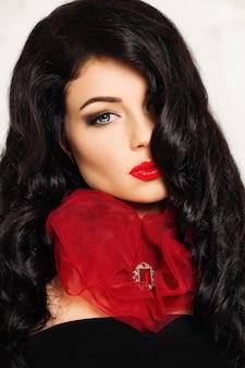 Mode vrouw met rode hartvormige kraag en robijn broche