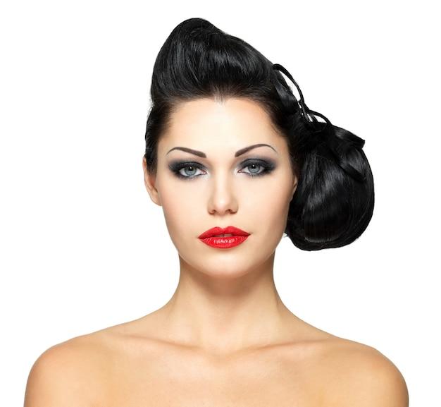 Mode vrouw met schoonheid kapsel en rode lippenstift