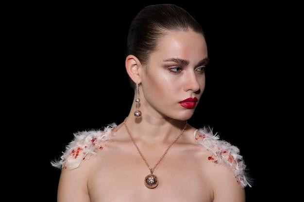Mode vrouw met veren