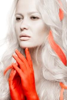 Mode vrouw met witte huid, oranje handen en hoogtepunten