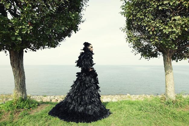 Mode vrouw poseren in de buurt van de zee.