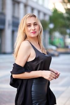 Mode vrouw poseren in de straat