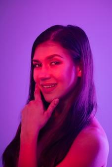 Mode vrouwelijk portret. roze neon met paars