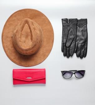 Mode vrouwelijke accessoires. vilten hoed, portemonnee, zonnebril, handschoenen. plat lag stijl
