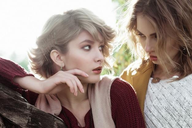 Mode vrouwen buitenshuis samen poseren