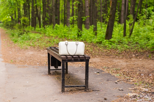 Mode witte tas op de bank buiten
