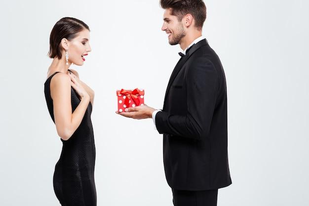 Mode zakenpaar met cadeau. vrouw in shock
