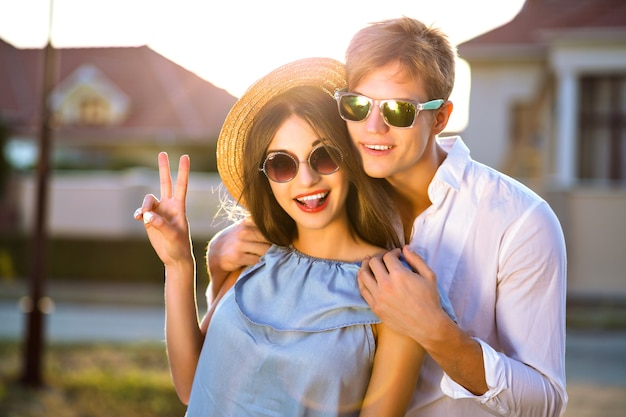 Mode zomer afbeelding van elegante vintage stijl paar in romantische valentijn dag, hebben geweldige tijd samen, knuffels en kusjes, hipsters, stijlvolle kleding en zonnebrillen, mooie geliefden, familie buiten
