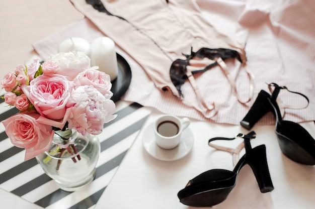 Modeaccessoires van de vrouw, smartphone-mock-up, boeket rozen en pionen, schoenen, kantlijn