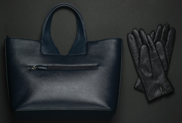 Modeaccessoires voor dames op een zwarte achtergrond. schuimzak, handschoenen. bovenaanzicht