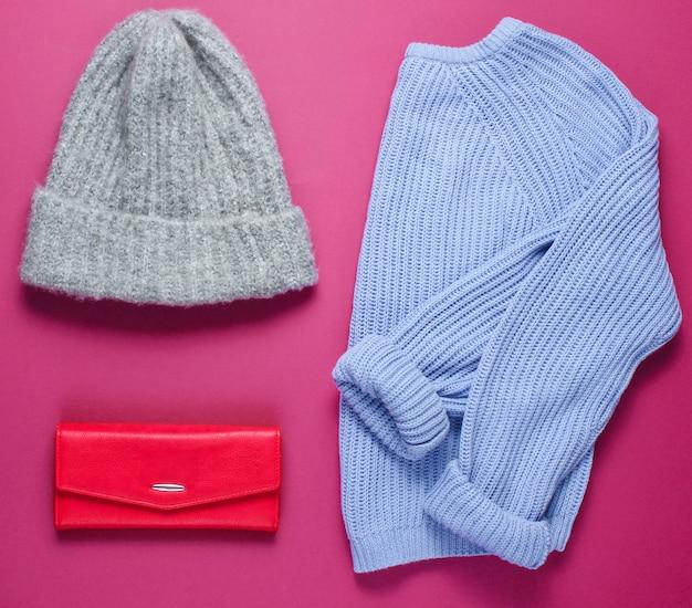 Modeartikelen met warme trui, hoed en tas