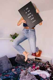 Modeblogger kiest de perfecte outfit om de dag te beginnen