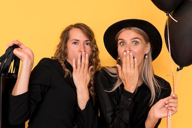 Modedames die hun gezichten bedekken