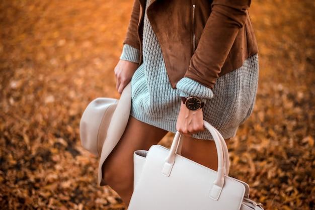 Modedetails. mode-blogger in het park.