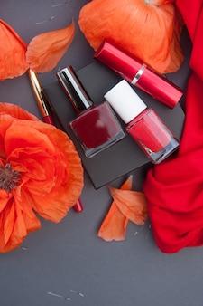 Modekaart met rode klaprozen en cosmetica rode kleur - nagellak, lippenstift