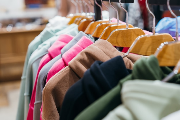 Modekleding aan hangers op de show