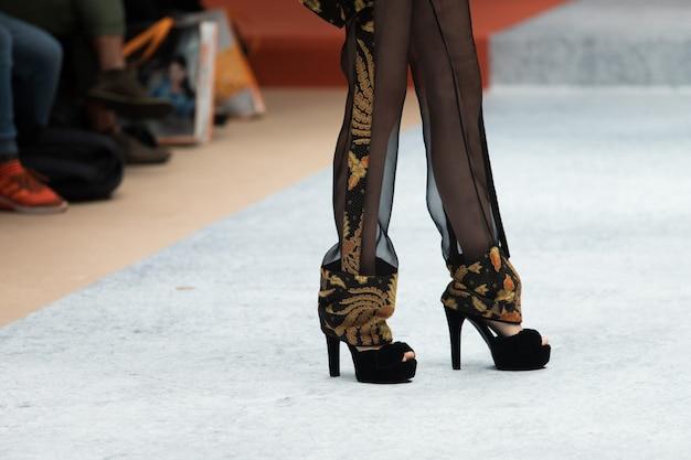 Modekleding model walk back dark runway fashion