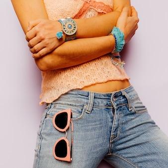 Model country style mode-accessoires. zomer. klassieke jeans, armbanden, zonnebrillen