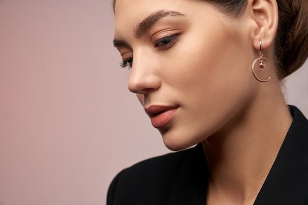 Model demonstrerende oorbellen