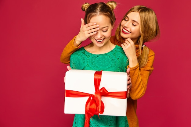 Model die haar vriend behandelt en haar grote geschenkdoos geeft