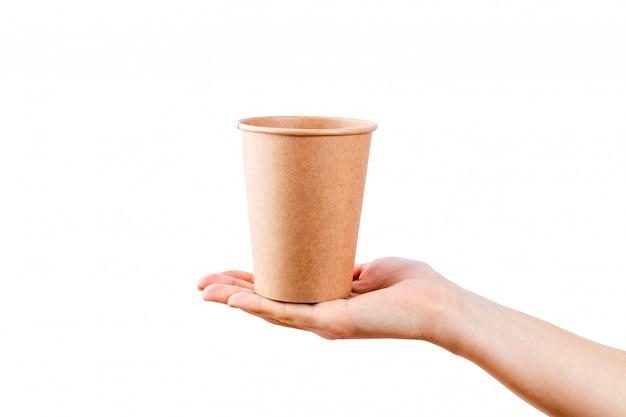 Model die van vrouwenhand een koffiedocument kop houden op witte oppervlakte wordt geïsoleerd.