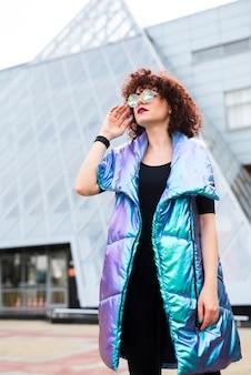 Model draagt kleurrijke vest