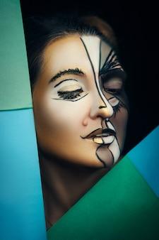 Model emotioneel poseren met creatieve make-up