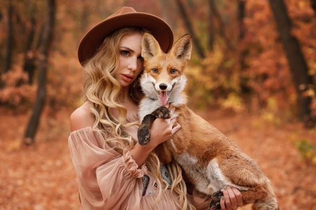 Model en vos poseren in het bos