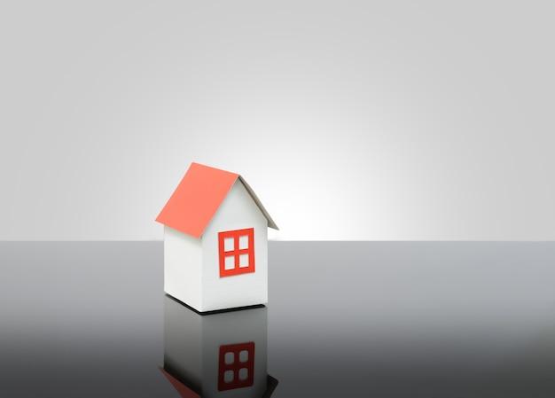 Model huis op glazen tafel of makelaar concept