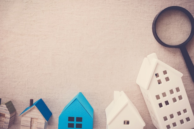Model huizen en vergrootglas, huis zoeken