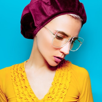 Model in modeaccessoire baret en bril. retro stijl