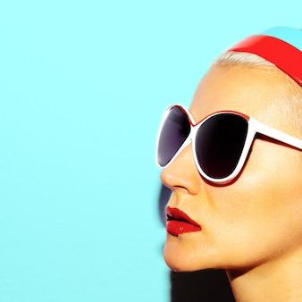 Model in stijlvolle bril strandstijl retro fashion vibes