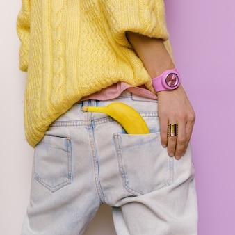 Model in stijlvolle kleding en accessoires. outfit jeans, trui, overhemd. urban fashion stijl