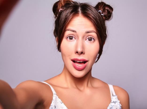 Model in vrijetijdskleding zonder make-up selfie te maken