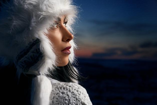 Model in winter witte hoed