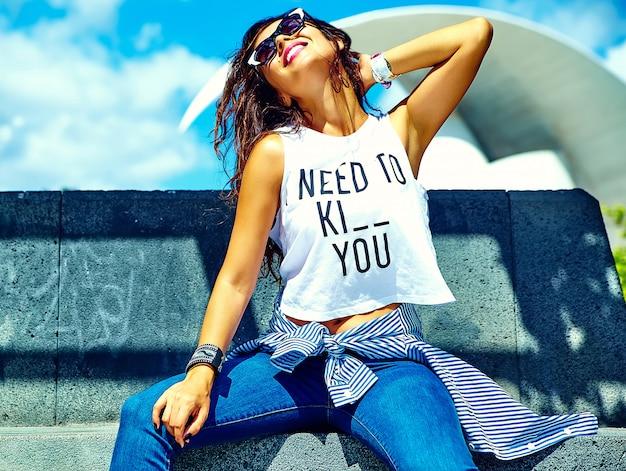 Model in zomer hipster kleding poseren in de straat