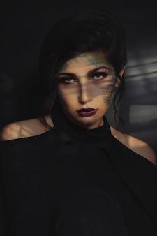 Model in zwarte trendy shirt en rode lippenstift, wazig zicht