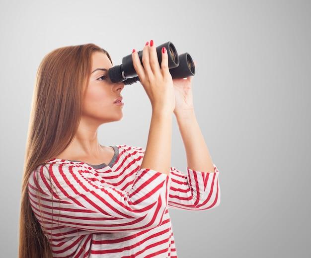 Model kijkt door een verrekijker
