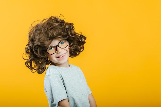 Model kind poseren op gele achtergrond