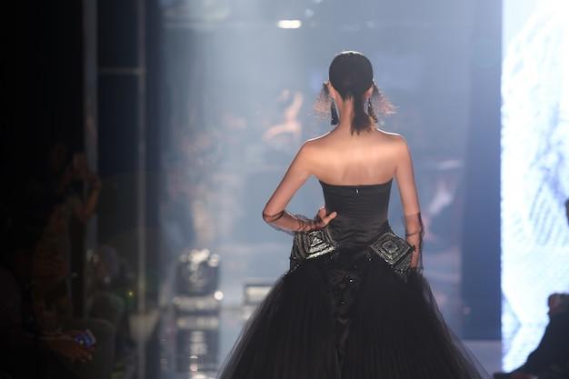 Model loop terug in de spiegel tijdens de runway fashion show