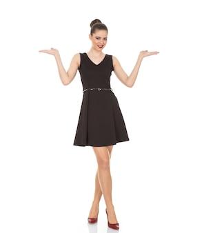 Model meisje in een zwarte jurk